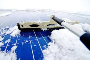 Odśnieżanie dachu zgodne z BHP